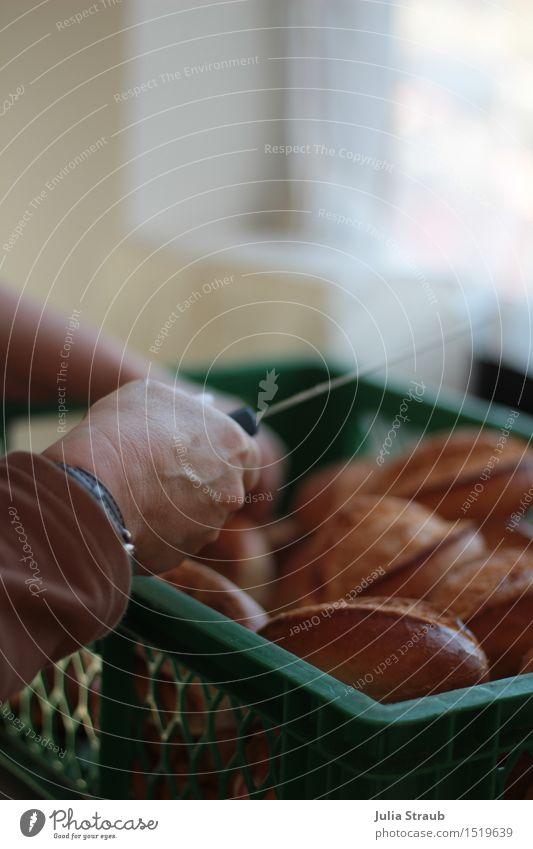 Brötchen aufschneiden grün Hand braun Arbeit & Erwerbstätigkeit Uhr Messer Ausdauer Korb