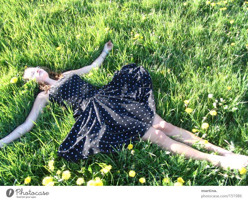 düpp düpp düdüdüpp.. löwenzahn. Mädchen grün Sommer Freude Wiese Gras Glück Zufriedenheit Bekleidung Kleid Punkt Löwenzahn Blume Erleichterung