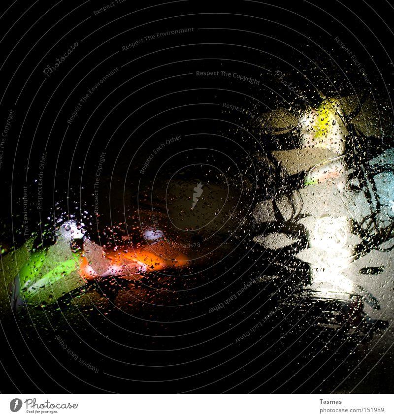 Platz am Fenster Fensterscheibe Autofenster Regen Wassertropfen Tropfen Nacht Licht Farbe Kontrast dunkel ungewiss Detailaufnahme Vergänglichkeit