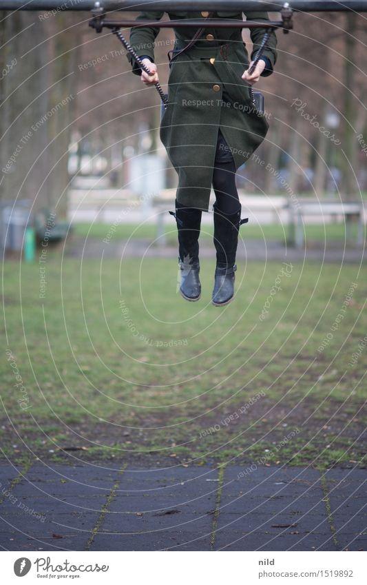 Umkehrpunkt Mensch Jugendliche grün Junge Frau Freude 18-30 Jahre Erwachsene Gefühle Bewegung lustig feminin Gesundheit Spielen Stimmung oben Freizeit & Hobby