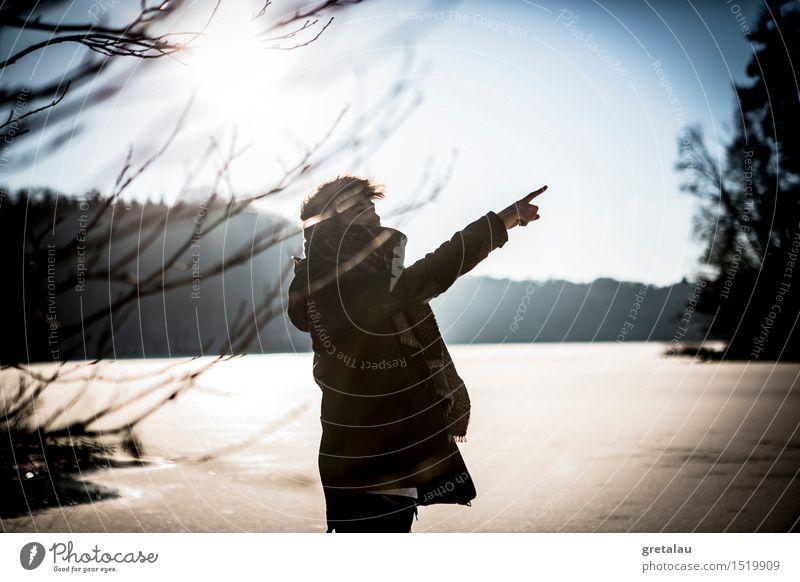 Hier und dort Mensch maskulin Junger Mann Jugendliche 1 18-30 Jahre Erwachsene Natur Wasser Himmel Sonnenlicht Winter Schönes Wetter Eis Frost Baum Wald Seeufer