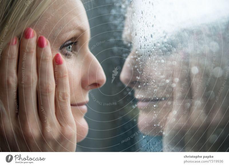 Frau blickt in Fensterscheibe mit Spiegelung Wimperntusche Wohnung feminin Junge Frau Jugendliche Erwachsene Gesicht Auge Hand 1 Mensch 30-45 Jahre