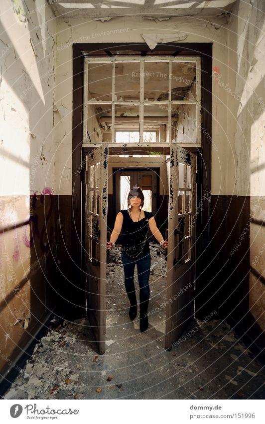 come in Frau alt Einsamkeit dreckig planen Tür kaputt verfallen Stiefel Idee erschrecken