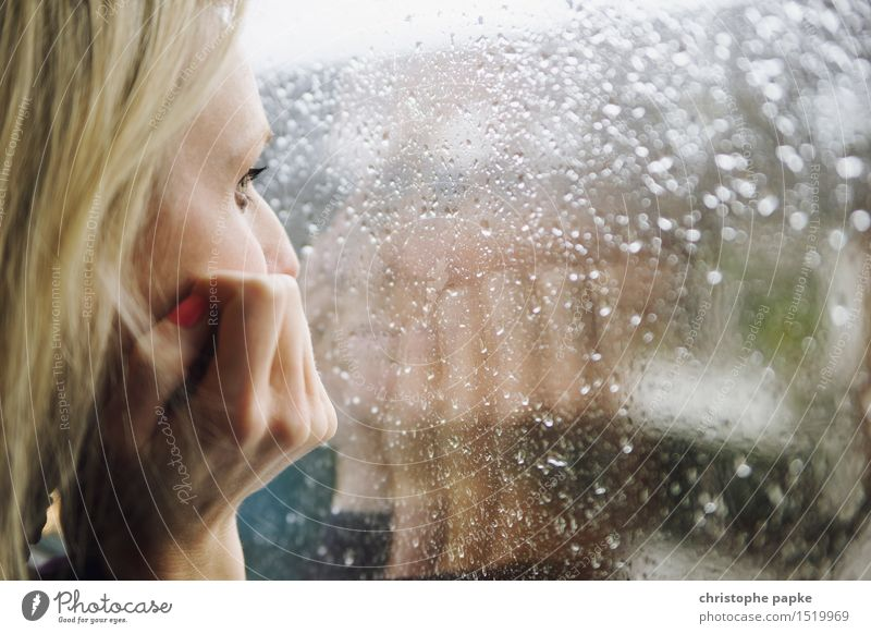 Rainy Day 2 Wimperntusche Wohnung Junge Frau Gesicht Hand Mensch 30-45 Jahre Erwachsene schlechtes Wetter Regen Glas beobachten Denken Traurigkeit Trauer