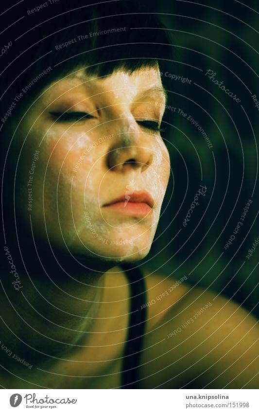 ..black to green Frau weiß Einsamkeit Erwachsene Auge dunkel Traurigkeit geschlossen dreckig Trauer Verzweiflung dunkelhaarig