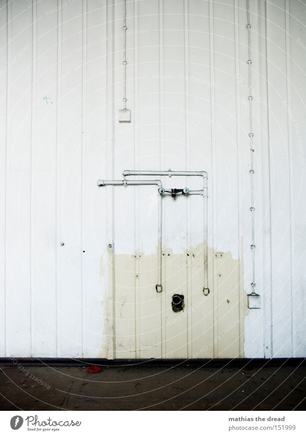 ABMONTIERT Wand Holzverbindung Kabel Elektrizität Eisenrohr Röhren Leitung Waschbecken alt schäbig Tod bewegungslos Einsamkeit einfach weiß schwarz Loch