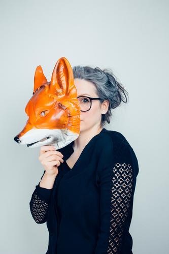 Who let the fox out? Mensch Frau Jugendliche Junge Frau Tier 18-30 Jahre Erwachsene feminin Spielen Feste & Feiern träumen beobachten Brille Weiblicher Senior