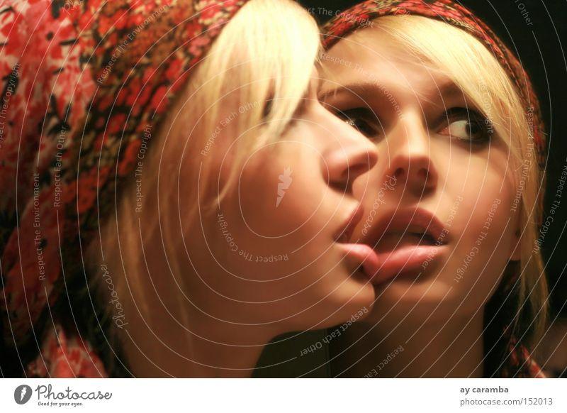 Spiegelblick Frau Zwilling Kopftuch Lippen Blick blond braunes Auge Bad Einsamkeit Liebe schön