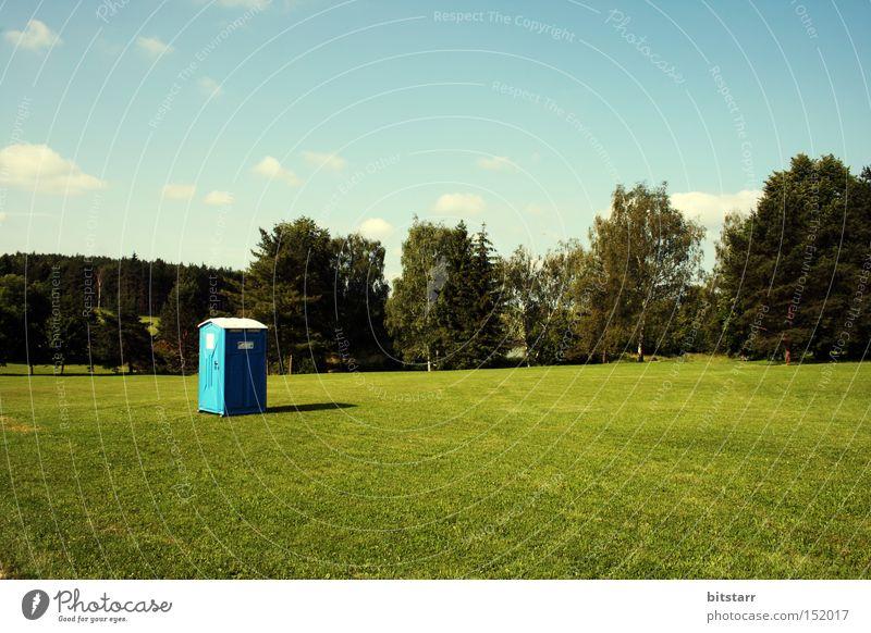 lasst mich durch! Natur Himmel Baum grün blau Sommer ruhig Einsamkeit Wiese Landschaft Angst Rasen Toilette obskur eng Schönes Wetter