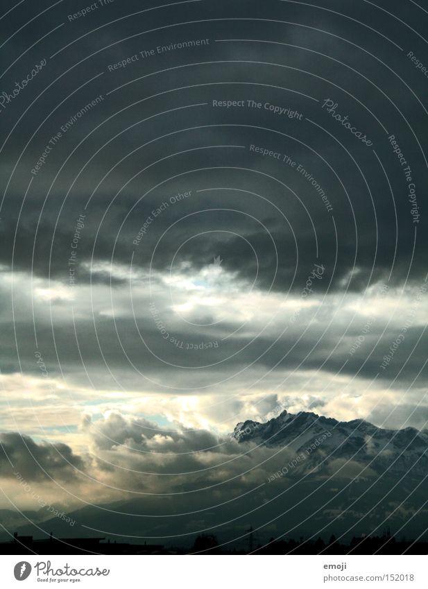 Tränen im Himmel Wolken dunkel Berge u. Gebirge Luft Wetter bedrohlich Alpen Niveau Unwetter Schweiz Gewitter Gewitterwolken Naturphänomene Wolkendecke Luzern