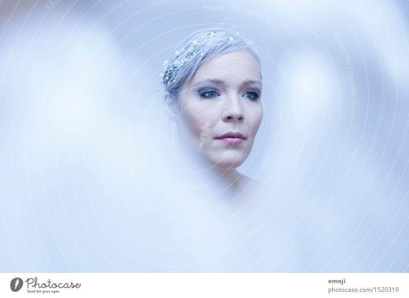 Eisprinzessin, Eiskönigin, blass, blau, Winter, Portrait Frau, Schneekönigin feminin Junge Frau Jugendliche Erwachsene 1 Mensch 18-30 Jahre 30-45 Jahre