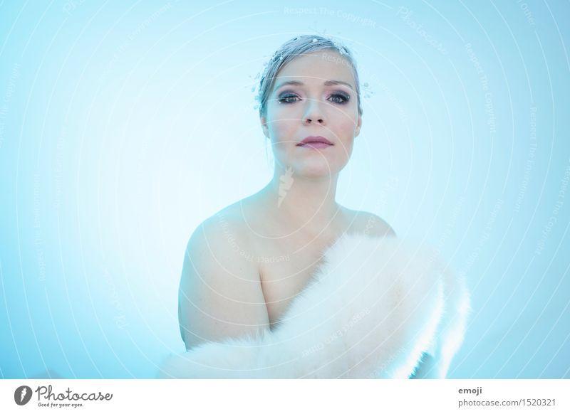 blue feminin Junge Frau Jugendliche Erwachsene 1 Mensch 18-30 Jahre Winter außergewöhnlich kalt blau Farbfoto Innenaufnahme Studioaufnahme Hintergrund neutral