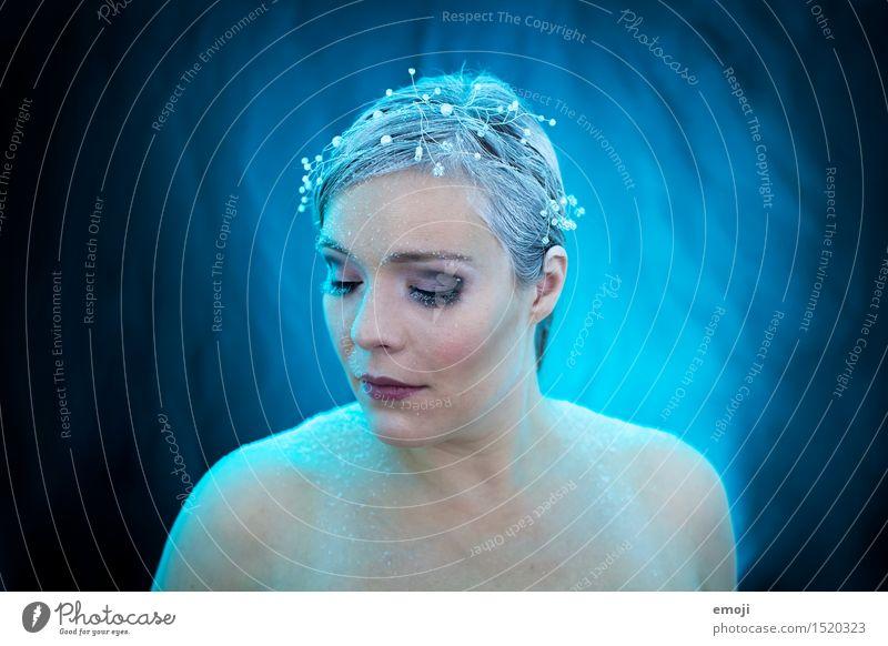 I.C.E. feminin Frau Erwachsene Haut Gesicht 1 Mensch 18-30 Jahre Jugendliche Winter außergewöhnlich kalt blau schwarz Farbfoto Innenaufnahme Studioaufnahme