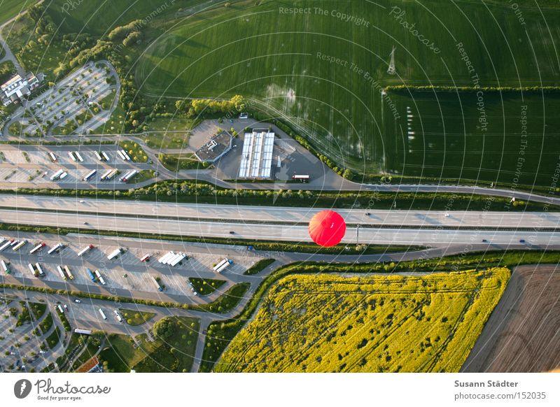 Miniaturwelt rot Sommer PKW Luft Feld Geschwindigkeit Luftverkehr Luftballon KFZ Dresden Autobahn Ballone parken Sachsen Straße Rastplatz