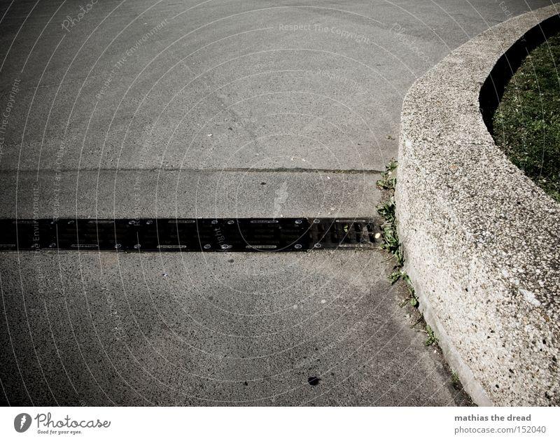 HOLZ Beton Stein Straße Kurve grau Linie Tod bewegungslos kalt unfreundlich Grasnarbe schwarz Schatten Stillleben Verkehrswege Mineralien Treppe