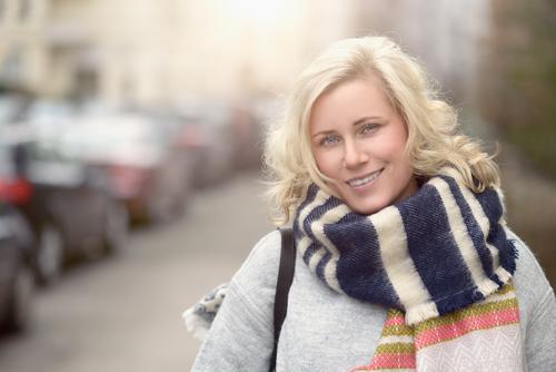 Lächelnde attraktive junge blonde Frau Glück schön Gesicht feminin Erwachsene 1 Mensch 30-45 Jahre Straße Schal lachen Fröhlichkeit Gasse vor der Kamera KFZ