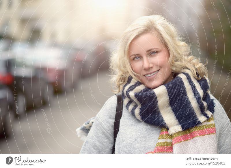 Mensch Frau schön Gesicht Erwachsene Straße feminin lachen Glück Textfreiraum blond Fröhlichkeit Lächeln Gasse KFZ parken