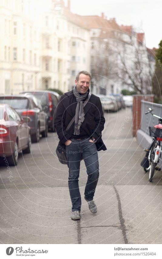 Hübscher überzeugter moderner Mann in der städtischen Straße Mensch Erotik ruhig Winter Gesicht Erwachsene Glück Mode maskulin Textfreiraum stehen Lächeln
