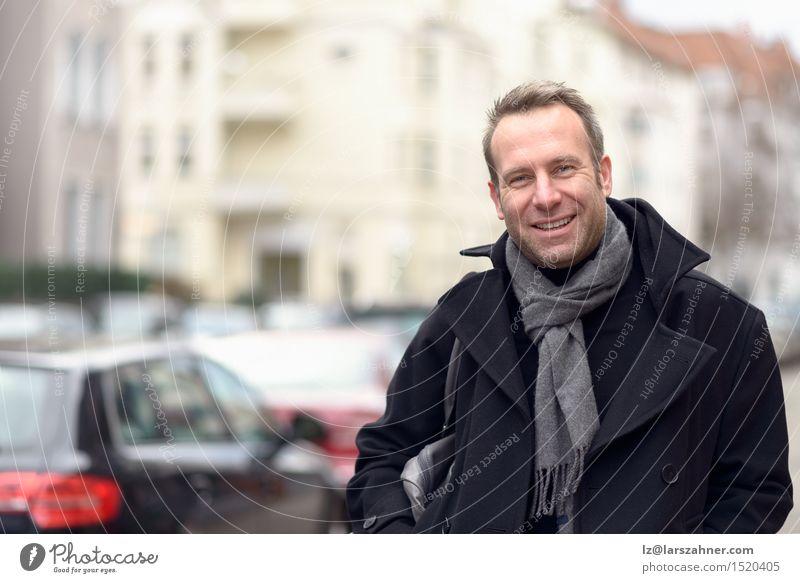 Mensch Mann Erotik ruhig Winter Gesicht Erwachsene Straße Glück Mode maskulin Textfreiraum modern stehen Lächeln Freundlichkeit