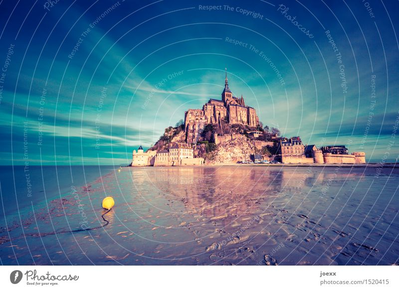 Der gelbe Punkt Himmel blau Meer ruhig gelb Architektur Küste Religion & Glaube braun Felsen Horizont Tourismus Idylle hoch Insel groß