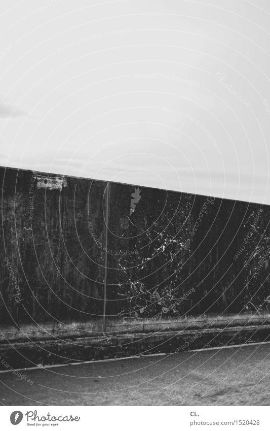 HH16.1 | mauer Himmel Mauer Wand Verkehrswege Straße Wege & Pfade dreckig trist stagnierend Verfall Schwarzweißfoto Außenaufnahme Menschenleer Textfreiraum oben