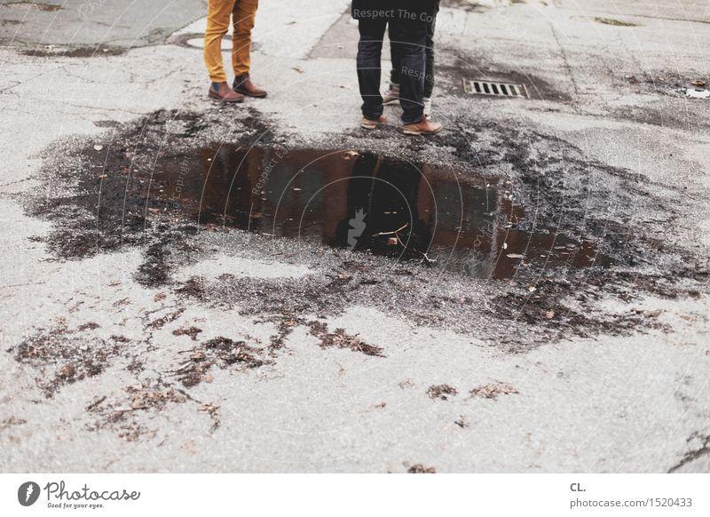 HH16.1 | noergeln Mensch Wasser Winter Erwachsene Leben sprechen Herbst Beine Menschengruppe dreckig trist stehen Schuhe Kommunizieren Boden Hose