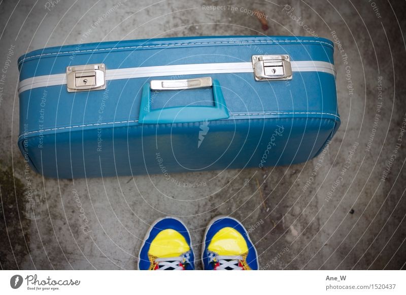 ins Blaue Lifestyle Ferien & Urlaub & Reisen Ausflug Abenteuer Fuß Koffer Schuhe Turnschuh Leder wählen entdecken stehen einfach frei positiv blau Gefühle