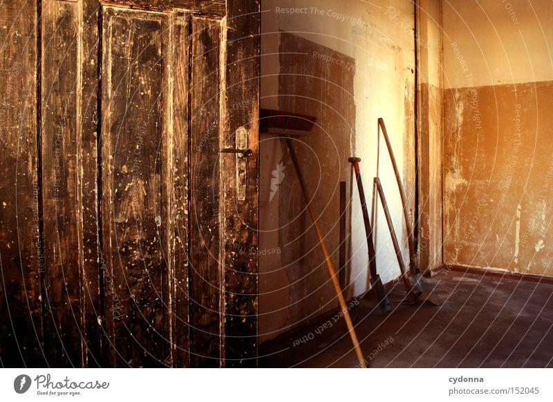 Besenrein Einsamkeit Haus Tür Zeit Raum Häusliches Leben Vergänglichkeit verfallen Nostalgie Villa Besen Klassik altmodisch Leerstand Jahrhundert