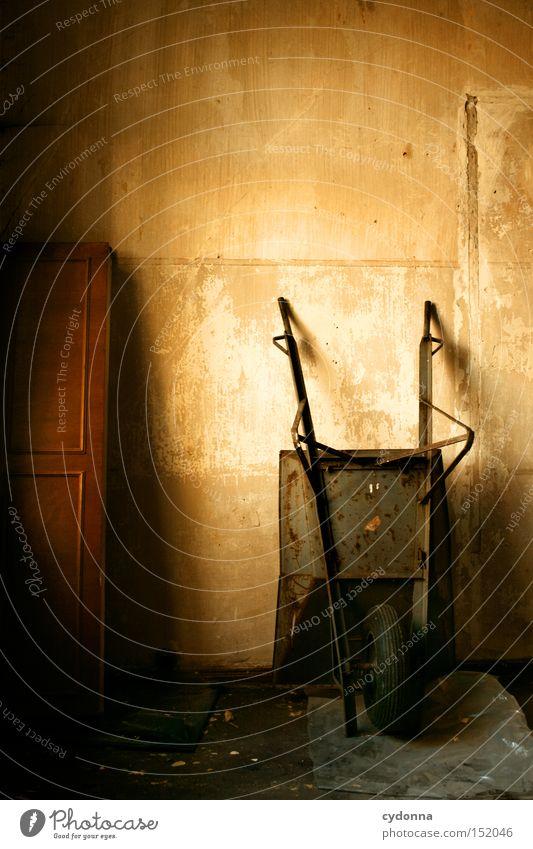 Winterruhe Haus Villa Schubkarre Licht altmodisch Leerstand Raum Häusliches Leben Zeit Vergänglichkeit Klassik Arbeitsgeräte Nostalgie Jahrhundert verfallen