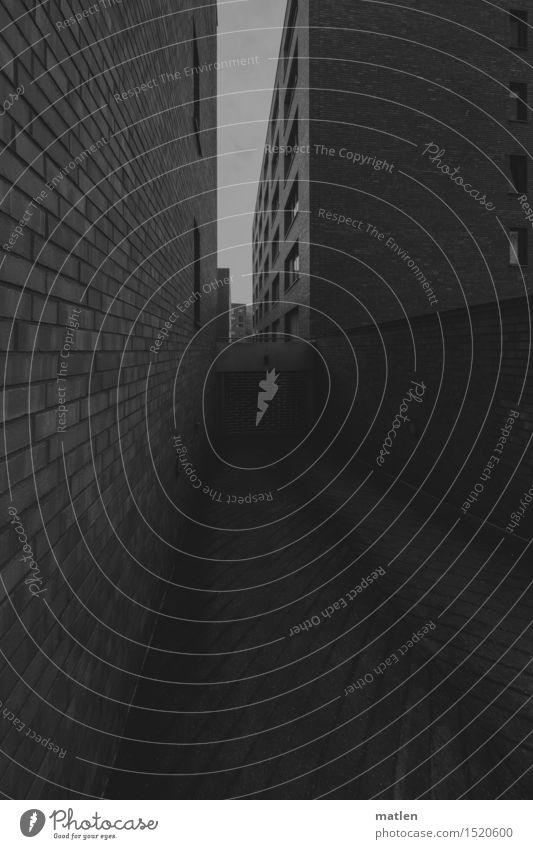 Schlucht Stadt Hauptstadt Stadtzentrum Menschenleer Haus Hochhaus Parkhaus Gebäude Architektur Mauer Wand Fassade Garagentor dunkel trist Berlin eng