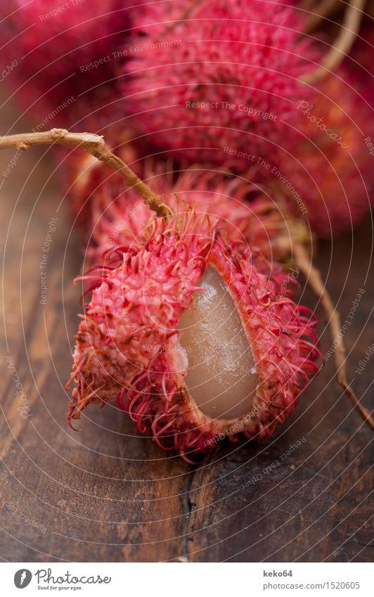 frische tropische Rambutanfrüchte über rustikaler hölzerner Tabelle Frucht Dessert Ernährung exotisch Menschengruppe Natur Pflanze lecker natürlich saftig rot