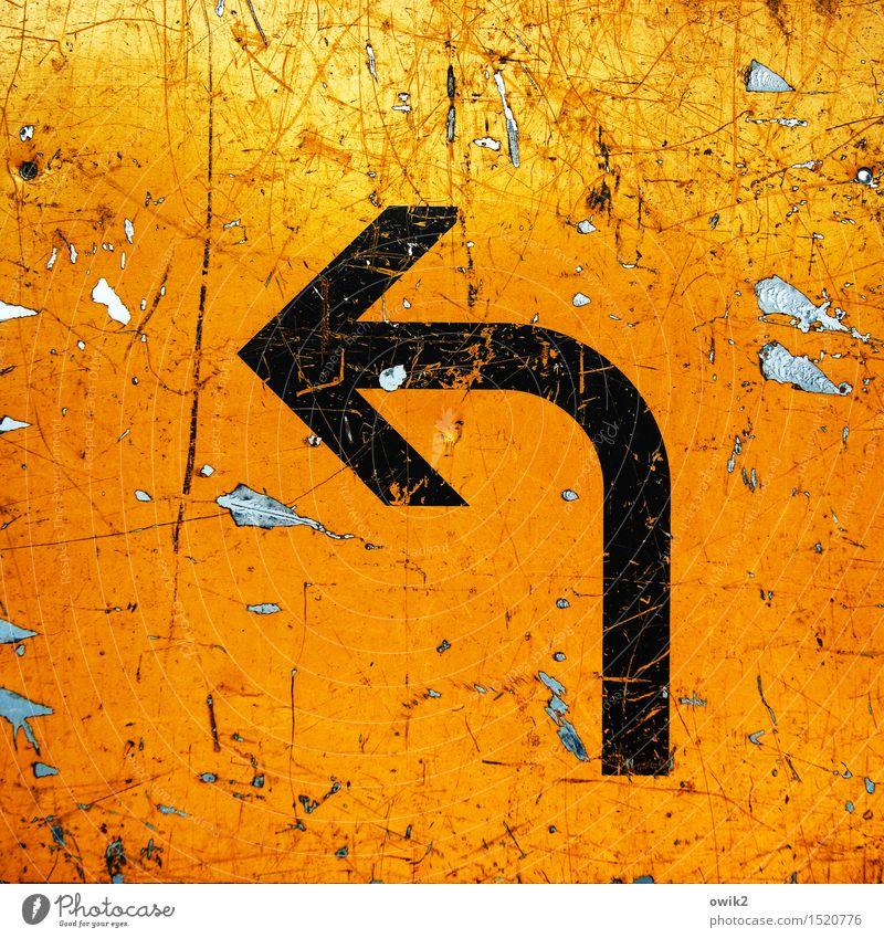 Umleitung alt schwarz gelb orange Verkehr Schilder & Markierungen Hinweisschild einfach Zeichen Pfeil Richtung schäbig Abnutzung Verkehrszeichen Warnschild
