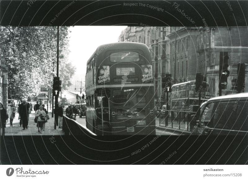london1 London England Verkehr Straße Bus Schwarzweißfoto Mensch