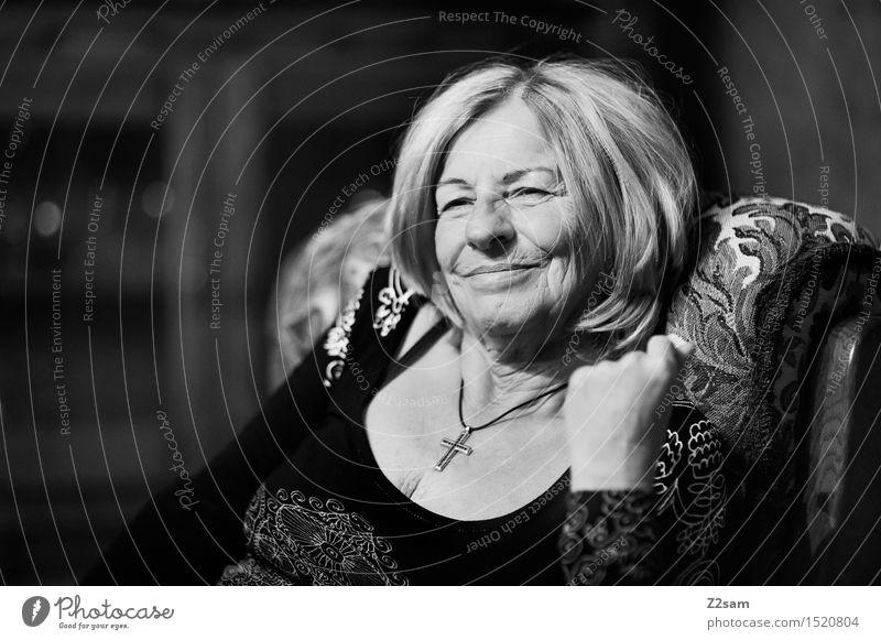 Lustig hier feminin Weiblicher Senior Frau Großmutter Familie & Verwandtschaft 60 und älter Mode Bluse Spitze Schmuck blond Denken genießen Lächeln lachen alt