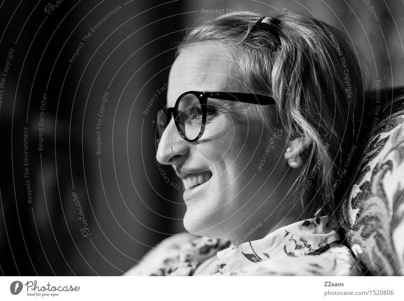 Saulustig feminin Junge Frau Jugendliche Großmutter Familie & Verwandtschaft 18-30 Jahre Erwachsene Mode Bluse blond langhaarig Erholung Kommunizieren Lächeln