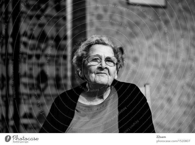 POWERFRAU alt Einsamkeit Haus ruhig Senior natürlich Gesundheit Familie & Verwandtschaft Denken Häusliches Leben träumen sitzen 60 und älter Vergänglichkeit