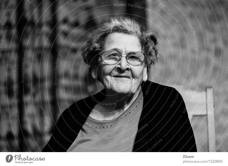 Die Beste Frau Erholung ruhig Leben Senior natürlich feminin Familie & Verwandtschaft lachen Glück Wohnung Zufriedenheit sitzen Fröhlichkeit 60 und älter
