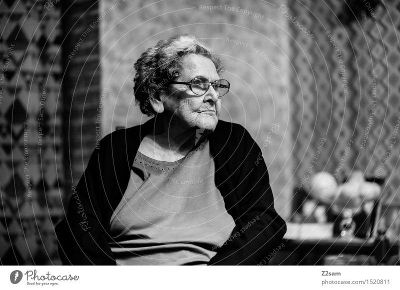Die Beste Gesundheit Seniorenpflege Häusliches Leben Wohnung feminin Weiblicher Senior Frau Großmutter Familie & Verwandtschaft 60 und älter Brille alt sitzen