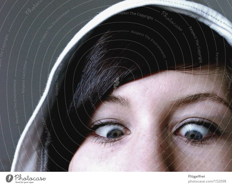 """Mama sagte immer """"Irgendwann bleiben deine Augen so stehen!"""" Frau Erwachsene Gesicht Auge Haare & Frisuren Nase Punkt Konzentration Momentaufnahme dumm Kapuze Schielen fixieren"""
