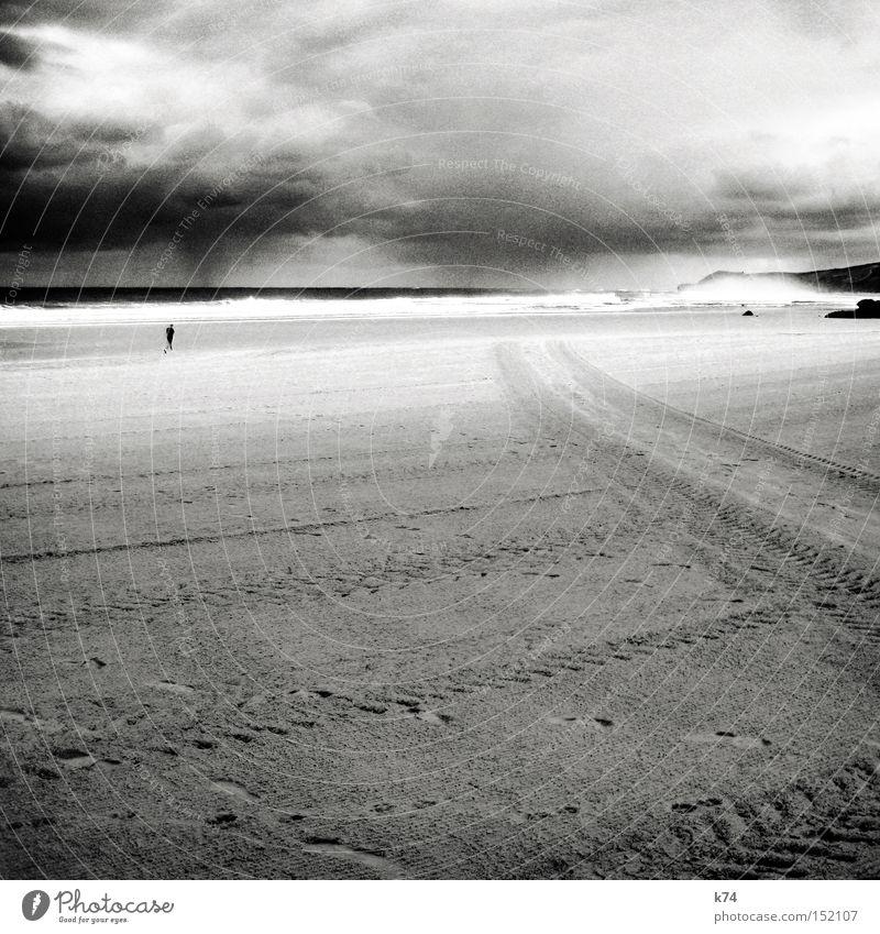 rain Himmel Wetter Wolken Spuren Küste Strand Meer Mensch Jogger Regen Sturm Reifenspuren Brandung Schwarzweißfoto