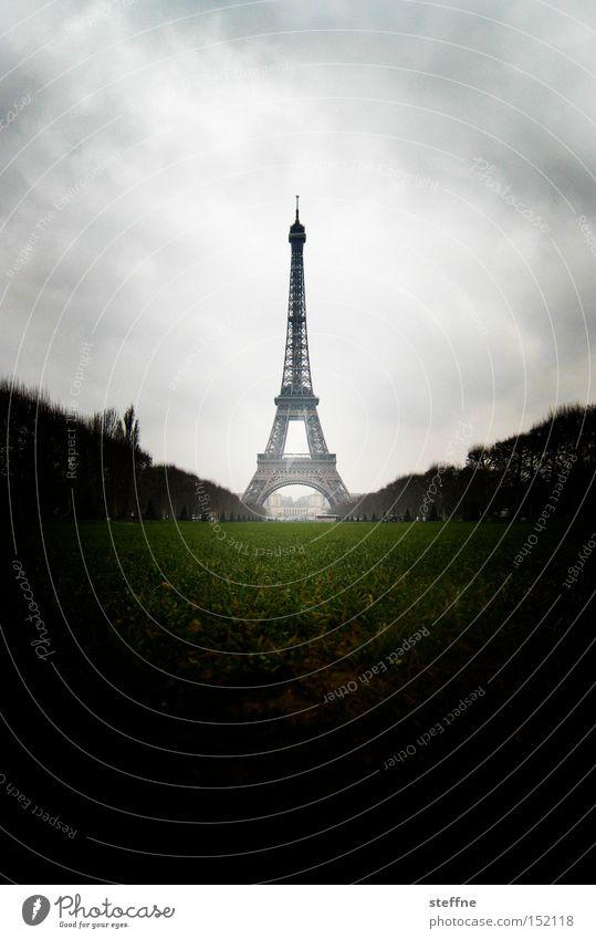 Le Weihnachtsbaume Wolken dunkel bedrohlich Turm Paris Denkmal Frankreich Symbole & Metaphern Wahrzeichen Tourist Sehenswürdigkeit beeindruckend Tour d'Eiffel Attraktion Weltausstellung
