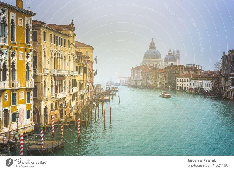 Stadtlandschaft von Venedig, Wasserkanäle mit Booten. Ferien & Urlaub & Reisen Tourismus Sommer Sonne Meer Insel Haus Natur Landschaft Himmel Wolken Kirche