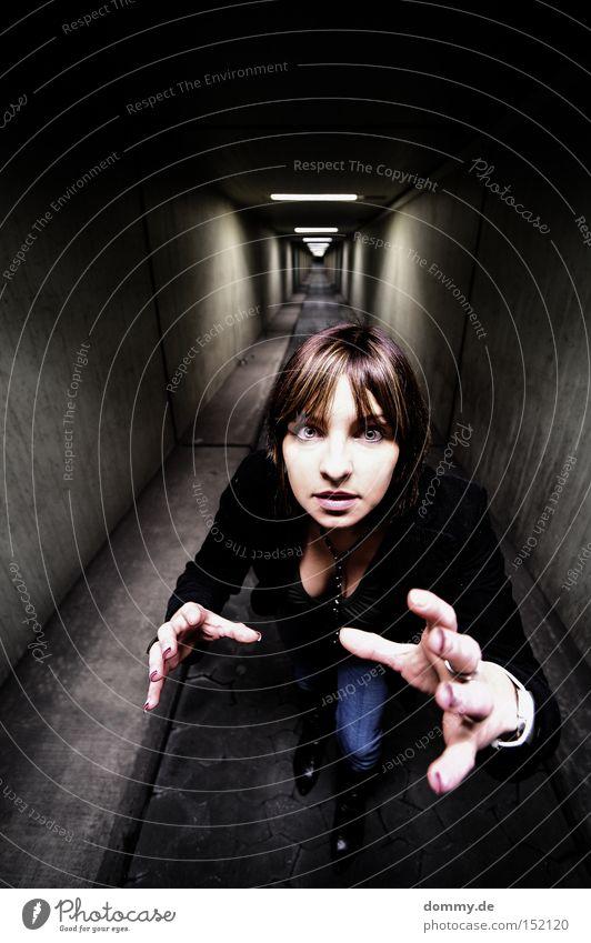 hab dich! Frau Dame Untergrund fangen greifen Hand Tunnel dunkel Auge Brust Wege & Pfade Finger Unendlichkeit Angst Panik