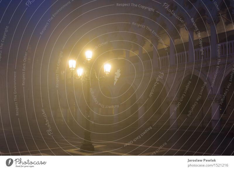 Venezianische Lampen auf dem Markusplatz in der Nacht. Himmel Ferien & Urlaub & Reisen Stadt alt blau schön Farbe Straße Architektur Bewegung Gebäude Tourismus