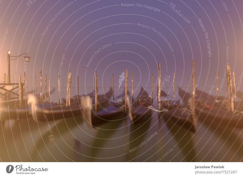 Venezianische Gondeln und Lampen in einer Langzeitbelichtung schön Ferien & Urlaub & Reisen Tourismus Meer Kunst Landschaft Himmel Fluss Stadt Kirche Platz
