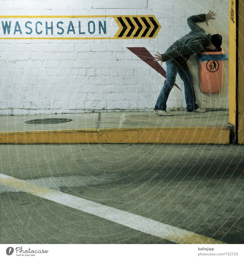 gehirnwäsche Wäsche waschen Erbrechen Müllbehälter Waschsalon Mensch Mann Pfeil Richtung Orientierung Straße Parkhaus skurril verrückt neu
