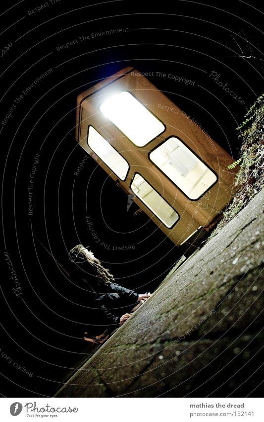 LEUCHTEKASTEN Mann schwarz gelb Lampe dunkel sprechen hell Beleuchtung warten Telefon Kommunizieren Telekommunikation beobachten Verkehrswege hocken anziehen