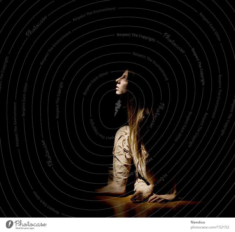 ...kommt von irgendwo ein Lichtlein her Mensch Frau dunkel Zufriedenheit sitzen warten Hoffnung Wunsch aufwärts Erwartung bleich Bühnenbeleuchtung ducken