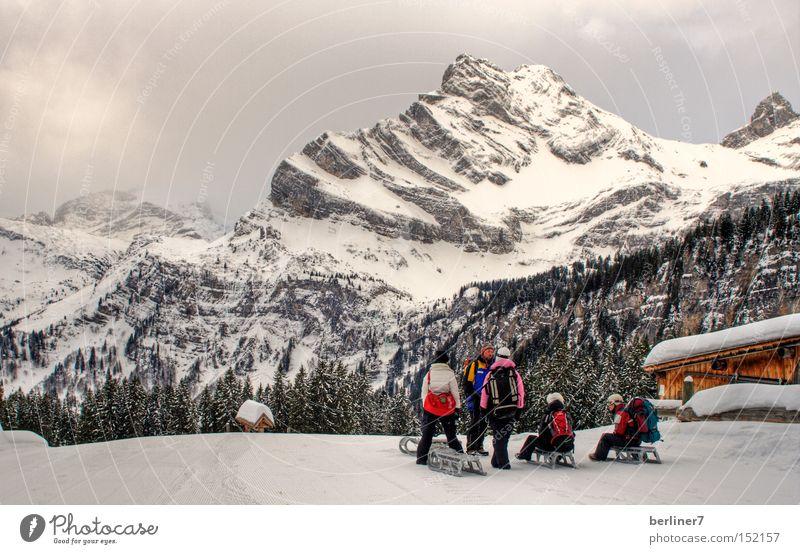 Farbtupfer am Ortstock Berge u. Gebirge Winter Rodeln Schlitten Wintersport Alpen glarner land braunwald Schnee Schneelandschaft Menschengruppe Berghütte