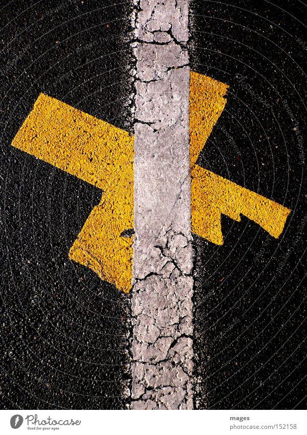 Durchkreuzt weiß Straße Linie Graffiti orange Schilder & Markierungen Asphalt Kreuz Verkehrswege Parkplatz Teer Wandmalereien Fahrbahnmarkierung durchstreichen